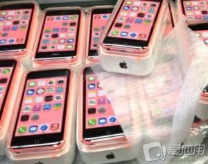 Geleaktes Bild von verpackten iPhone 5Cs in der Farbe pink.