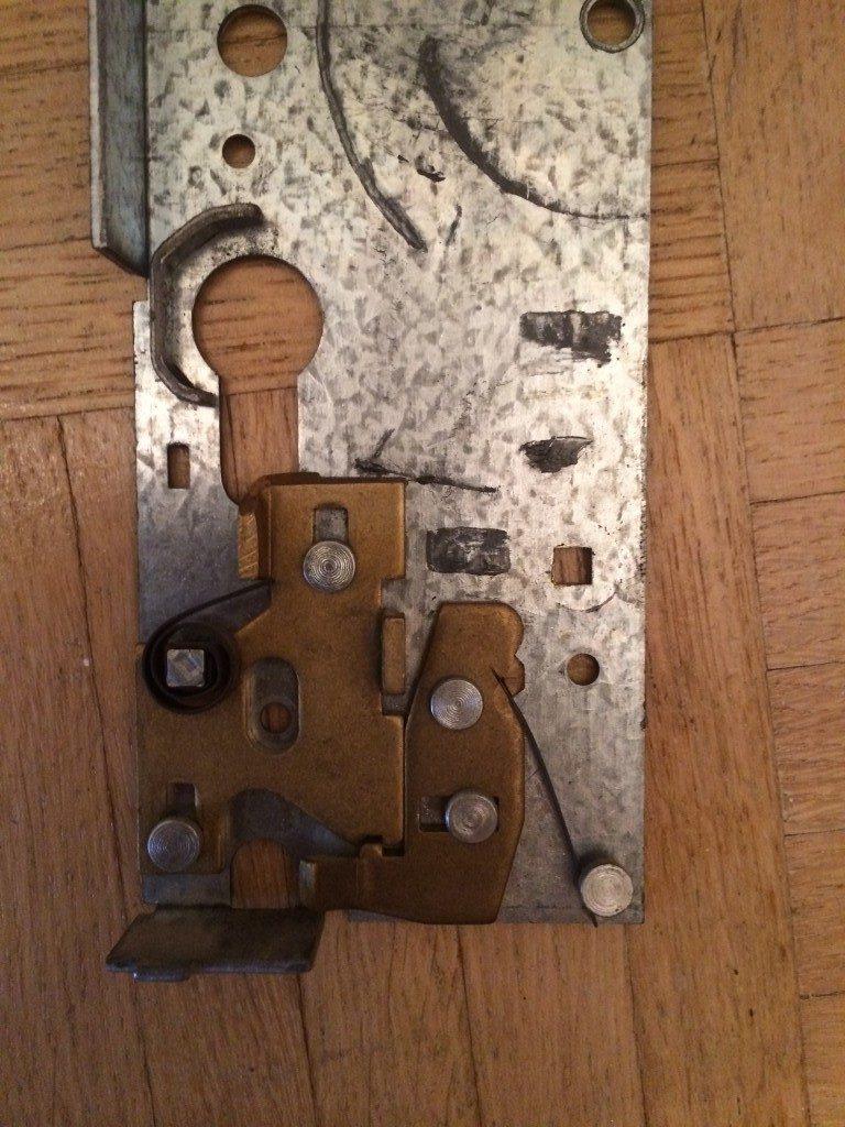 Bild 2: Mechanismus der das Einlegen des Schließzylinders verhindert